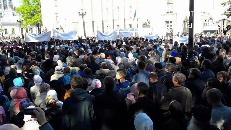 Православні віруючі провели під будівлею Верховної Ради України молебень