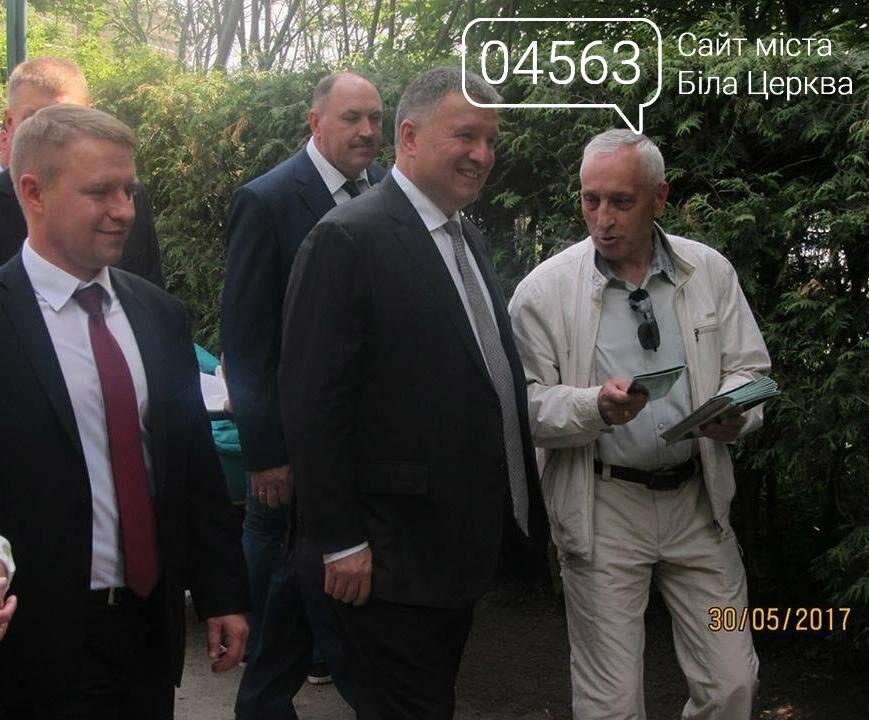Арсен Аваков урочисто вручив кроссовери Mitsubishi Outlander поліції Білої Церкви