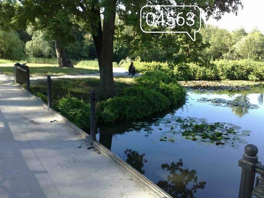 В парку Олександрія вандали зруйнували арочний міст біля озера