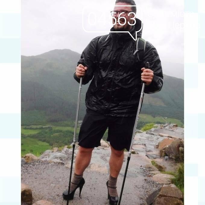 Студент-мандрівник на високих підборах піднявся  на гору Бен-Невіс