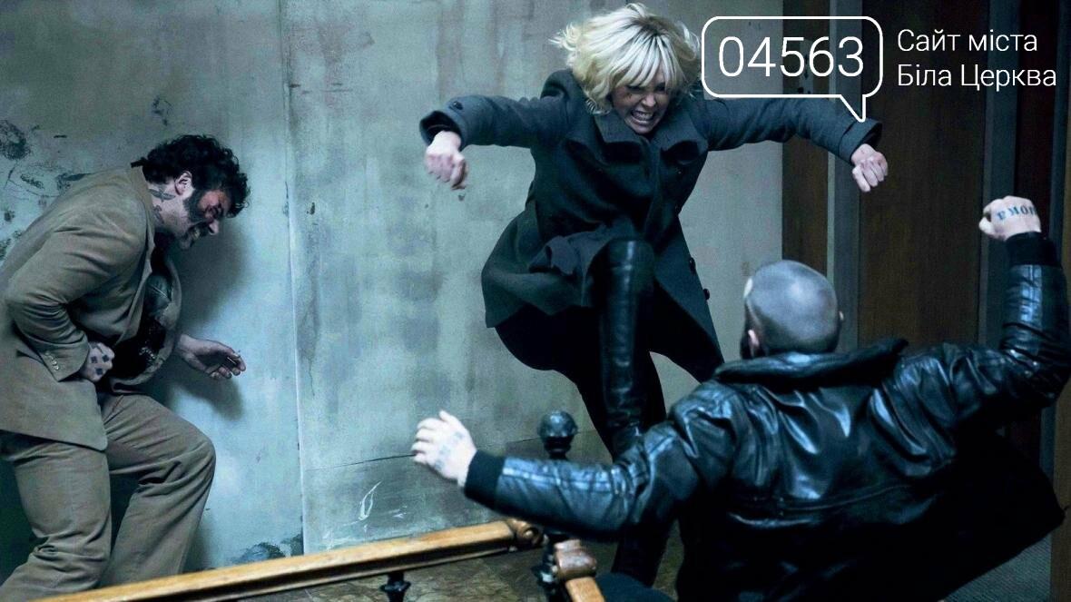 """Накриє всіх: рецензія на фільм """"Атомна блондинка"""""""