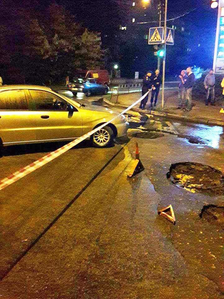 У Білій Церкві автомобіль провалився в яму в асфальті