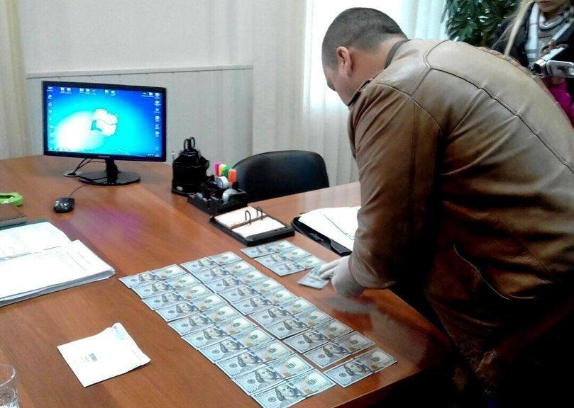 На Київщині жінка намагалася дати хабар за визволення з колонії засудженого чоловіка