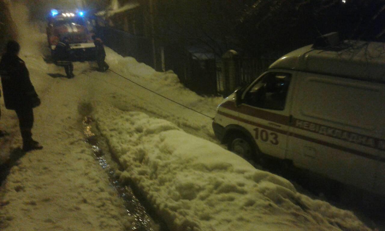 """Зима ніяк не відступає: Рятувальники Білоцерківщини витягають із заметів """"швидкі"""", фото-1"""