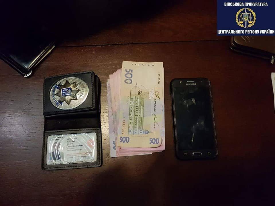 Військова прокуратура затримала за хабар майора Білоцерківського відділу поліції