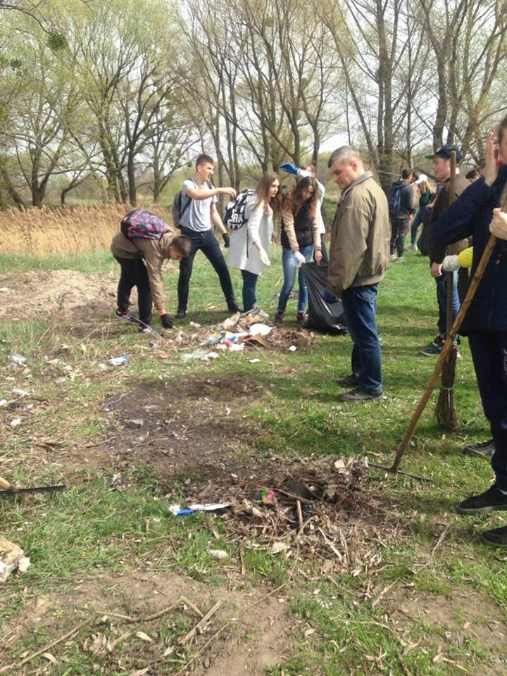 Понад 400 студентів білоцерківських вузів взяли участь у прибиранні берегу річки Рось, фото-1