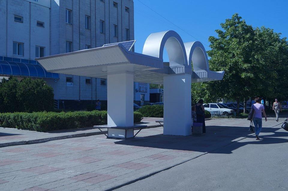 """Оновлена зупинка громадського транспорту біля """"Укртелеком"""""""