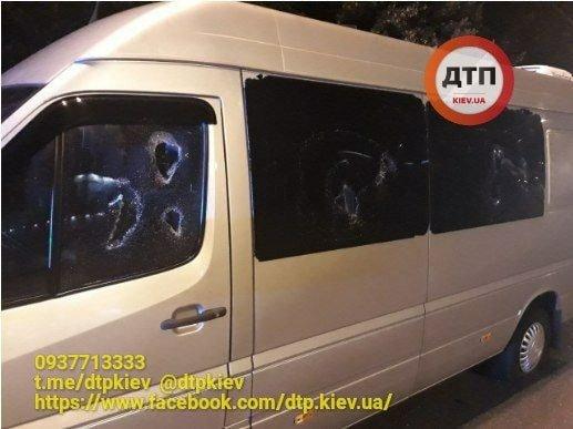 У Києві невідомі особи на Audi розстріляли пасажирський автобус Київ-Біла Церква, фото-2