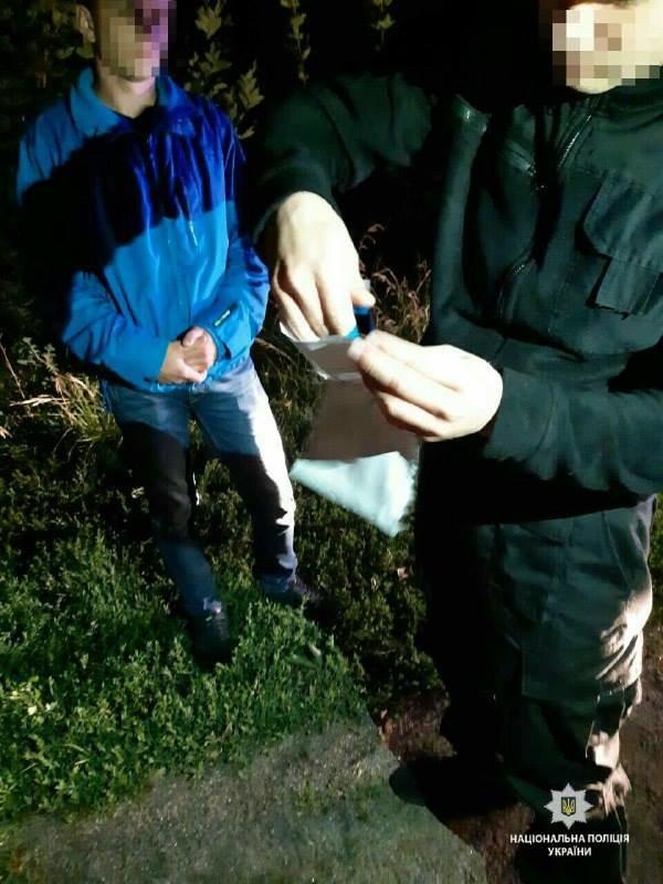 На Білоцерківщині патрульна поліція затримала чоловіка з пакетиком наркотичної суміші, фото-2