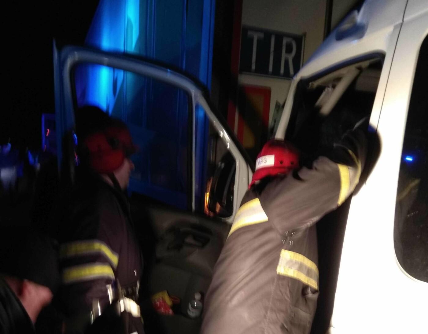 ДТП на Білоцерківщині: зіткнулися вантажівка та мікроавтобус, фото-1