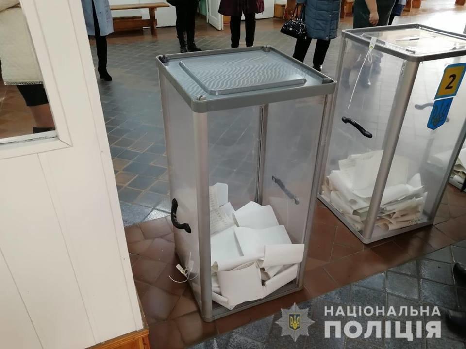 У Білій Церкві спостерігач зірвав пломбу з урни для голосування, фото-2