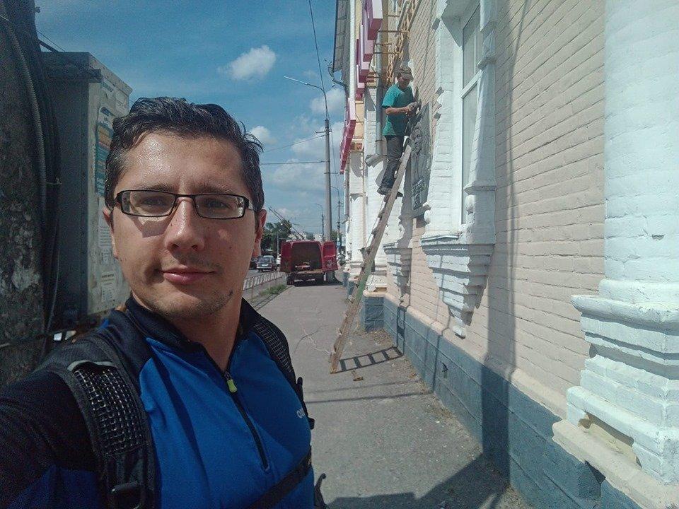 Декомунізація в Білій Церкві: на бульварі Олександрійському демонтували дошку Віталію Примакову, фото-1