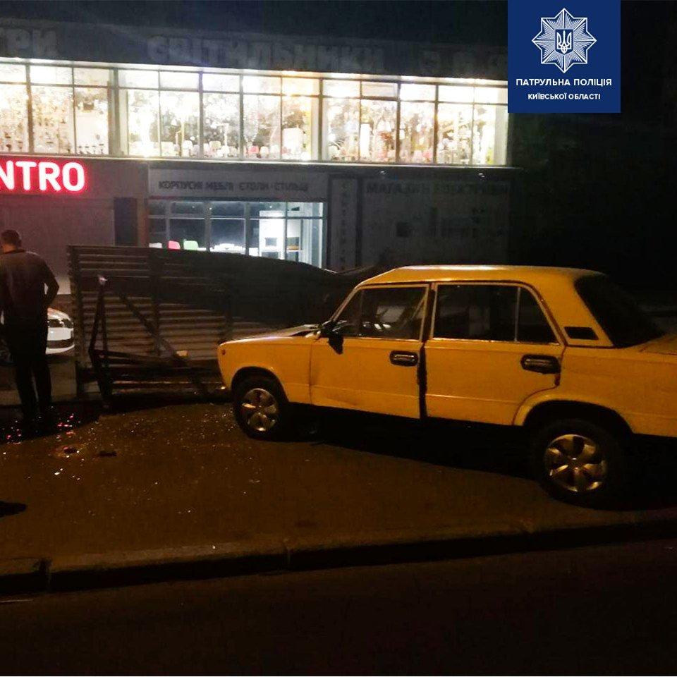 У Білій Церкві п'яний водій в'їхав в зупинку громадського транспорту, фото-2